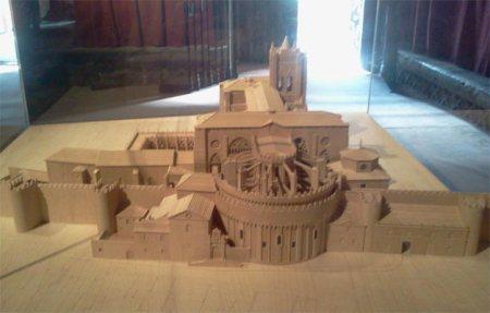 Maqueta de la Catedral de Ávila incrustada en la muralla.
