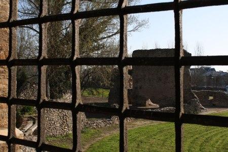 Vistas de los jardines desde una ventana de la fachada cerca de la Cocina de la Reina