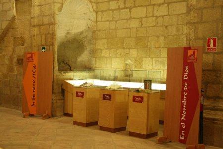 Exposición de objetos en una de las capillas laterales de la Iglesia de la Villa de Montefrío