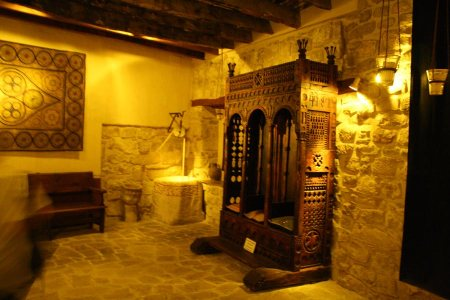 Nave derecha de la Sala Sinagogal con la madera policromada original y alguno de los siete pozos