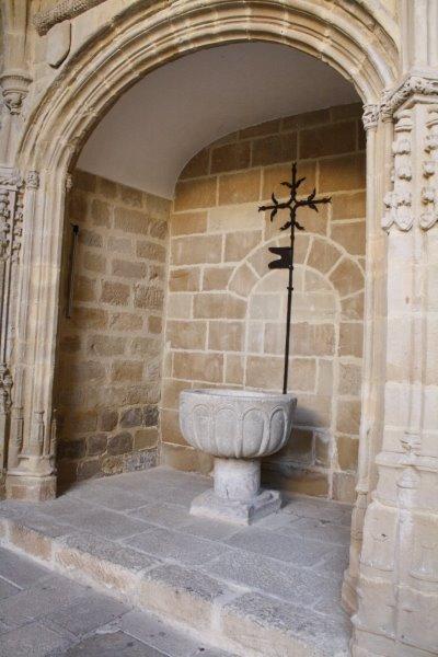 Segunda capilla del claustro con una pila bautismal