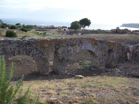 Acueducto de Baelo Claudia que llevaba agua a los habitantes de esta ciudad romana.