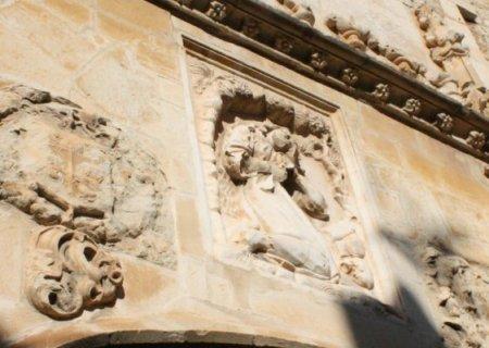 Detalle del altorrelieve de Santa María Magdalena penitente, de la puerta de acceso a la Iglesia de Santa María Magdalena