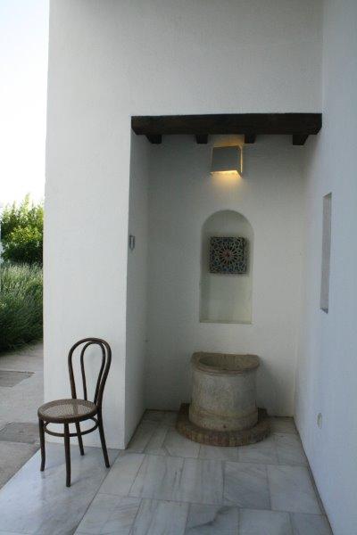 Pila y restos de azulejos de la antigua decoración de la Almunia del Hotel La Marquesa.